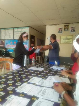 Pembagian BLT Dana Desa di Aula Kantor Perbekel Desa Tista